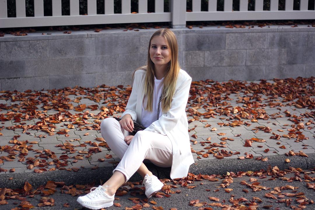 outfit goldener herbst look in beige und weiß mit nike asos zara gucci und raw apparel