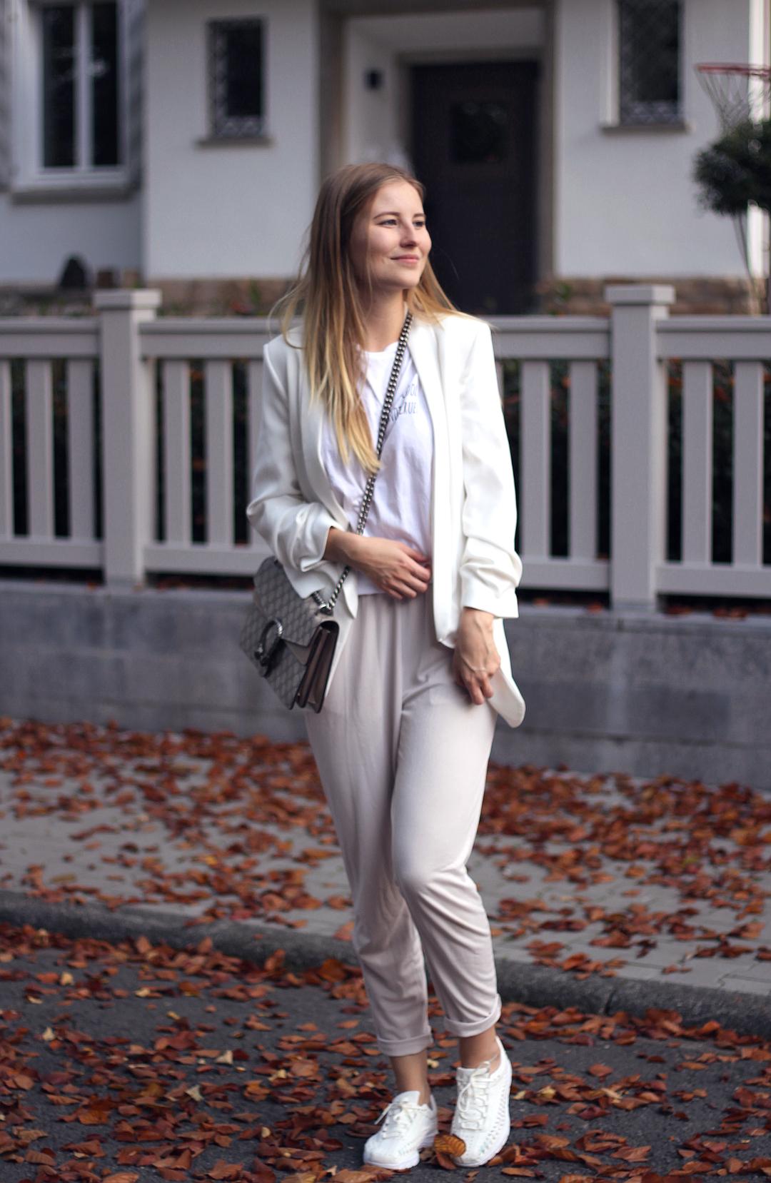 outfit herbst in beige und weiß zara asos gucci nike und raw apparel