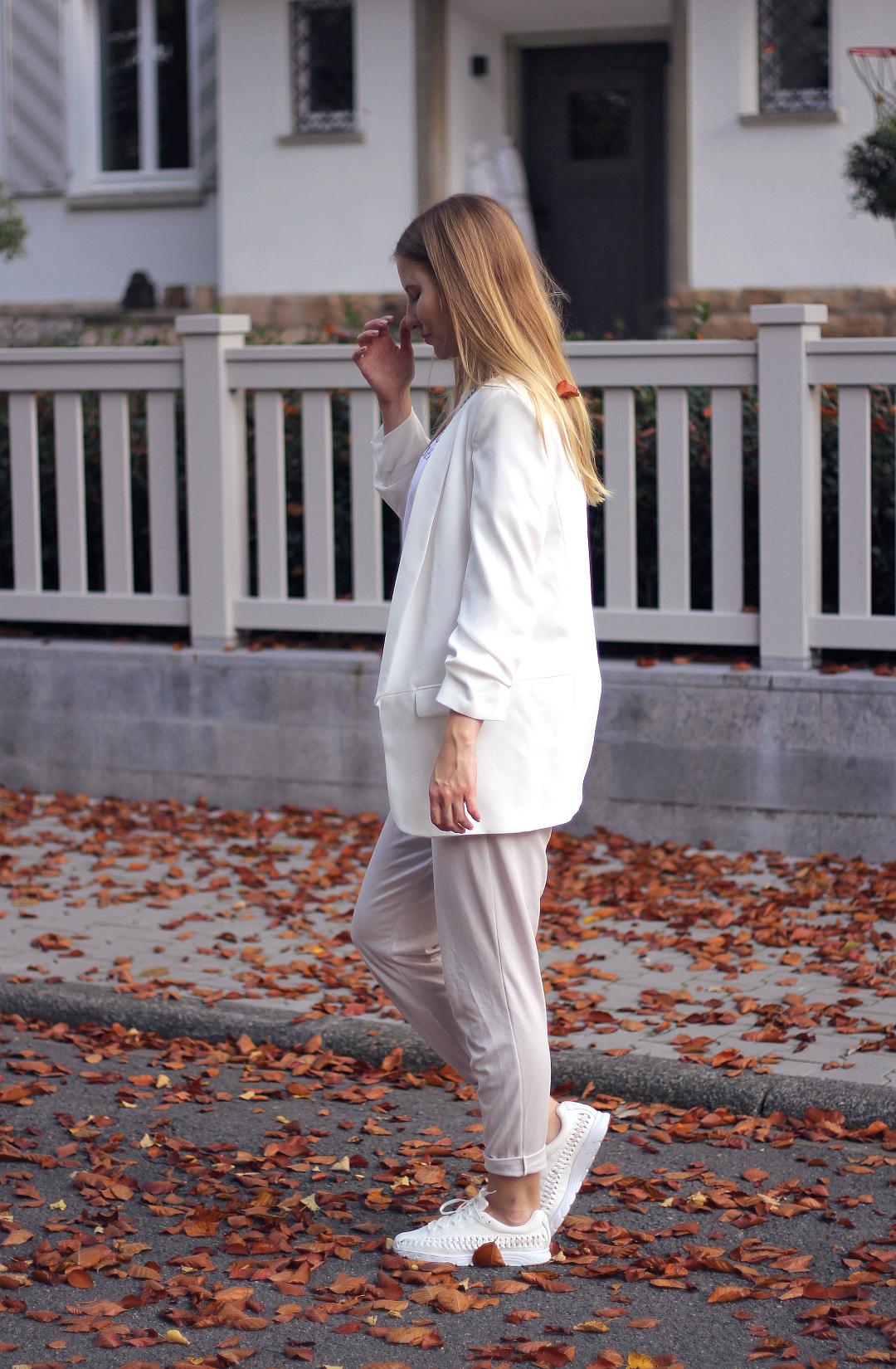 outfit nike woven beige karotten hose be cool not cruel shirt und zara blazer