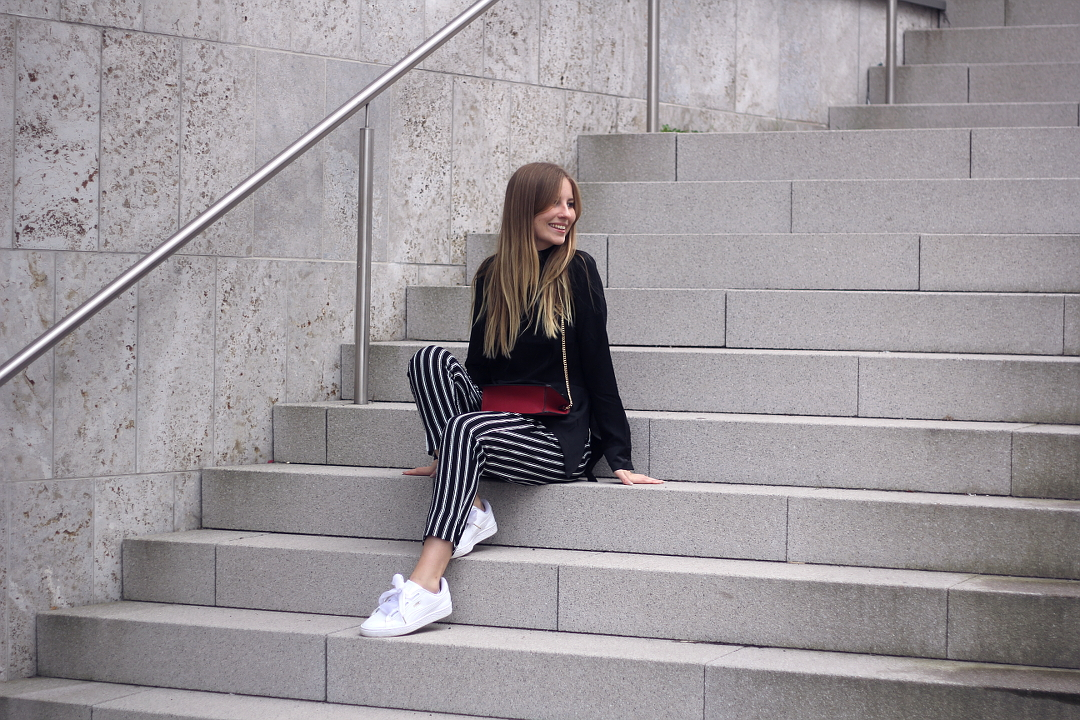 outfit schwarz und weiß gestreifte hose zur bluse h&m puma sneaker und mango tasche