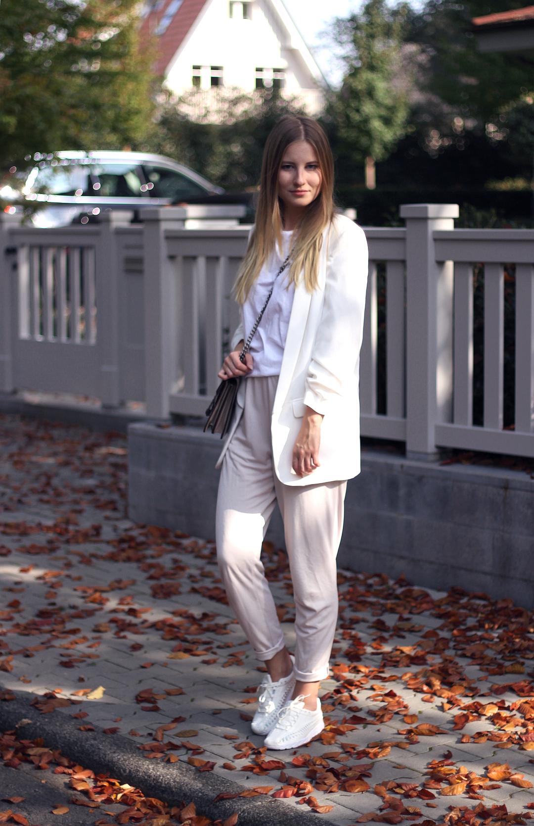outfit weiß stoffhose shirt gucci tasche und zara blazer