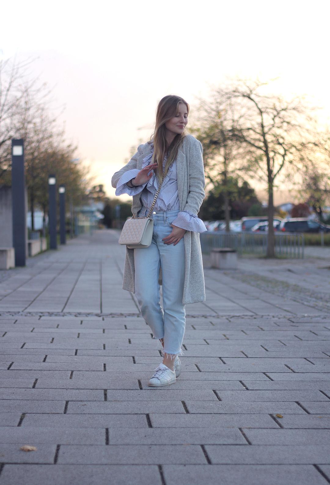 heller herbst look mit calvin klein mom jeans gestreifter mango bluse grauem new look mantel und adidas originals