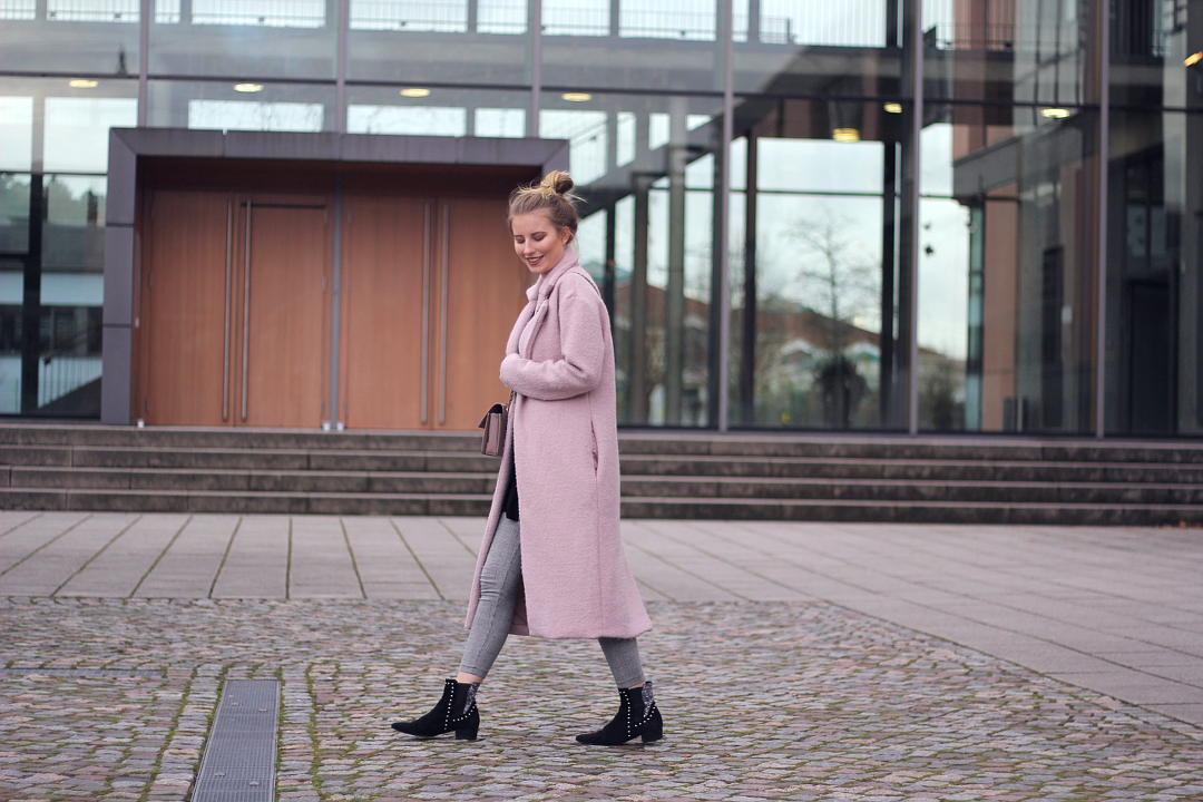 outfit herbst look grau karo zara leggings boots und rosa mantel