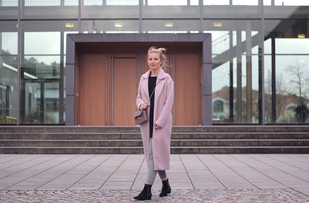 outfit karo Leggings mit rosa Mantel