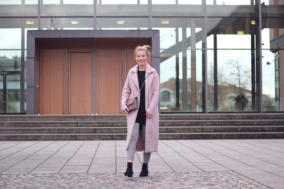 outfit rosa mantel zur leggings mit karo muster und miista stiefeletten