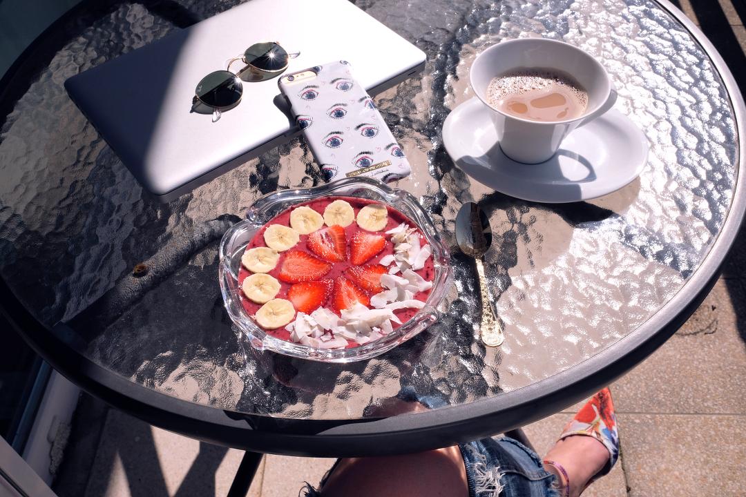 veganes Frühstück mit Kaffee auf dem Balkon im Sommer Smoothie Bowl