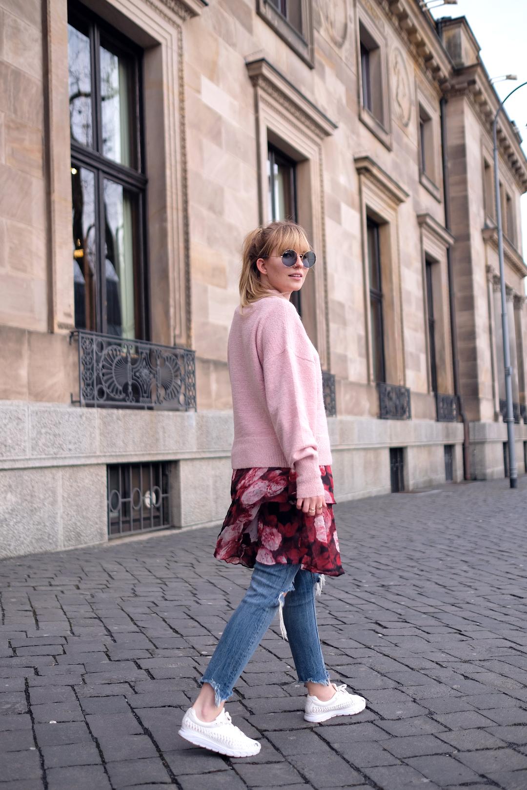 nakd kleid über zara jeans mit pullover von galeria kaufhof nike turnschuhen und rayban sonnenbrille