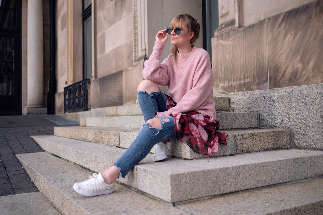 outfit layering im frühling rosa rot girly nakd kleid über jeans blaue rayban