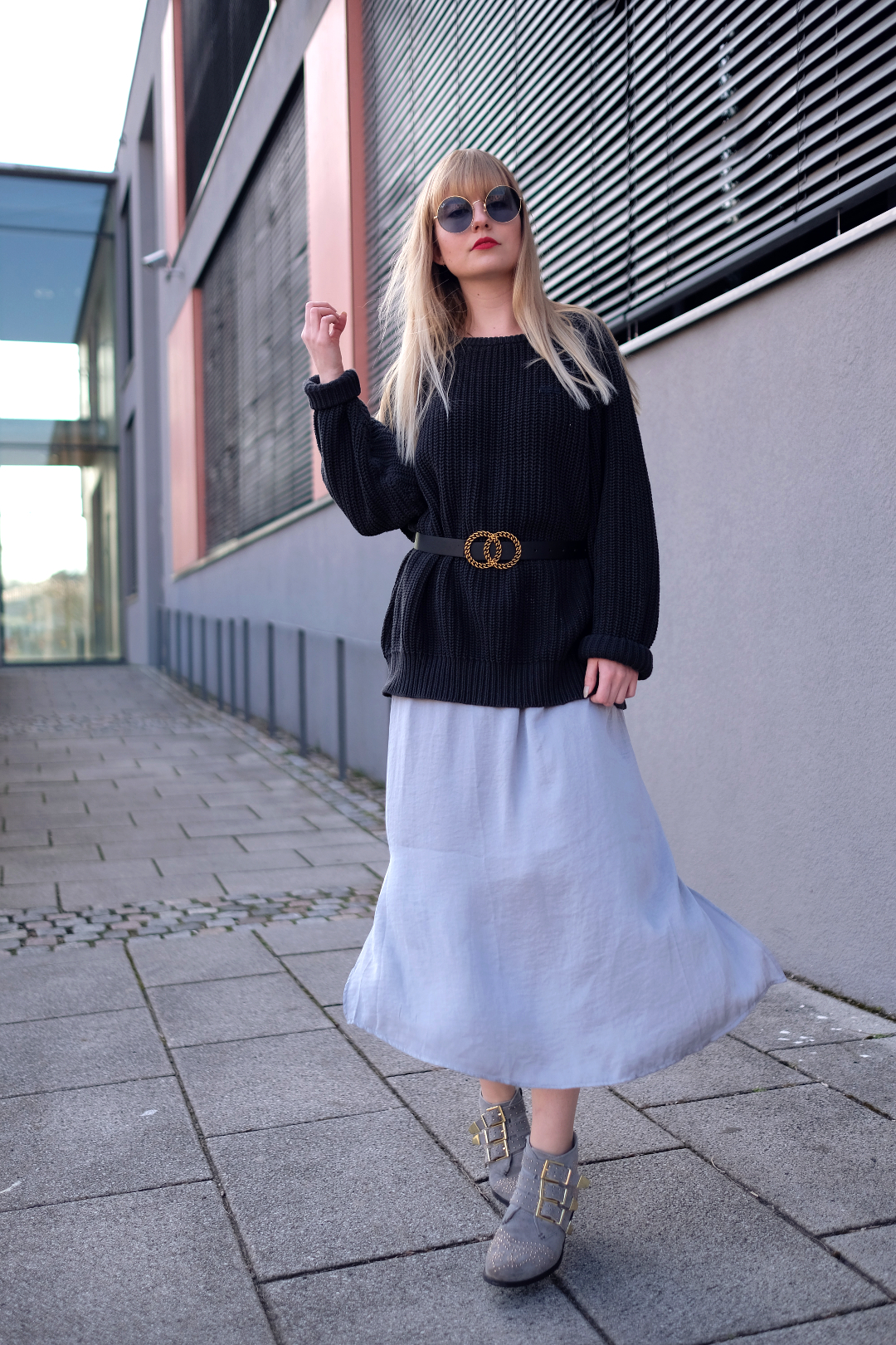 outfit layering in blau satin maxi kleid oversized pullover taillengürtel große schnalle ray ban xxl