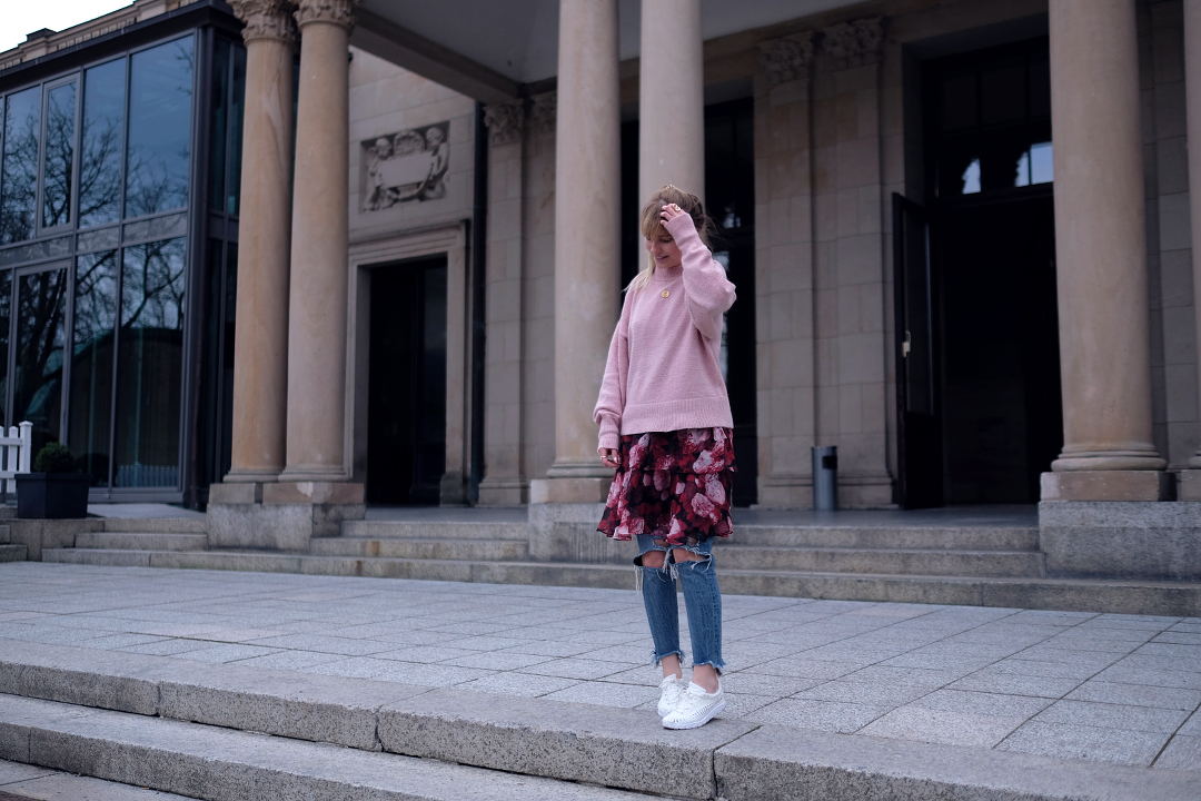 outfit nakd blumenkleid zu rosa pullover und ripped jeans und nike woven