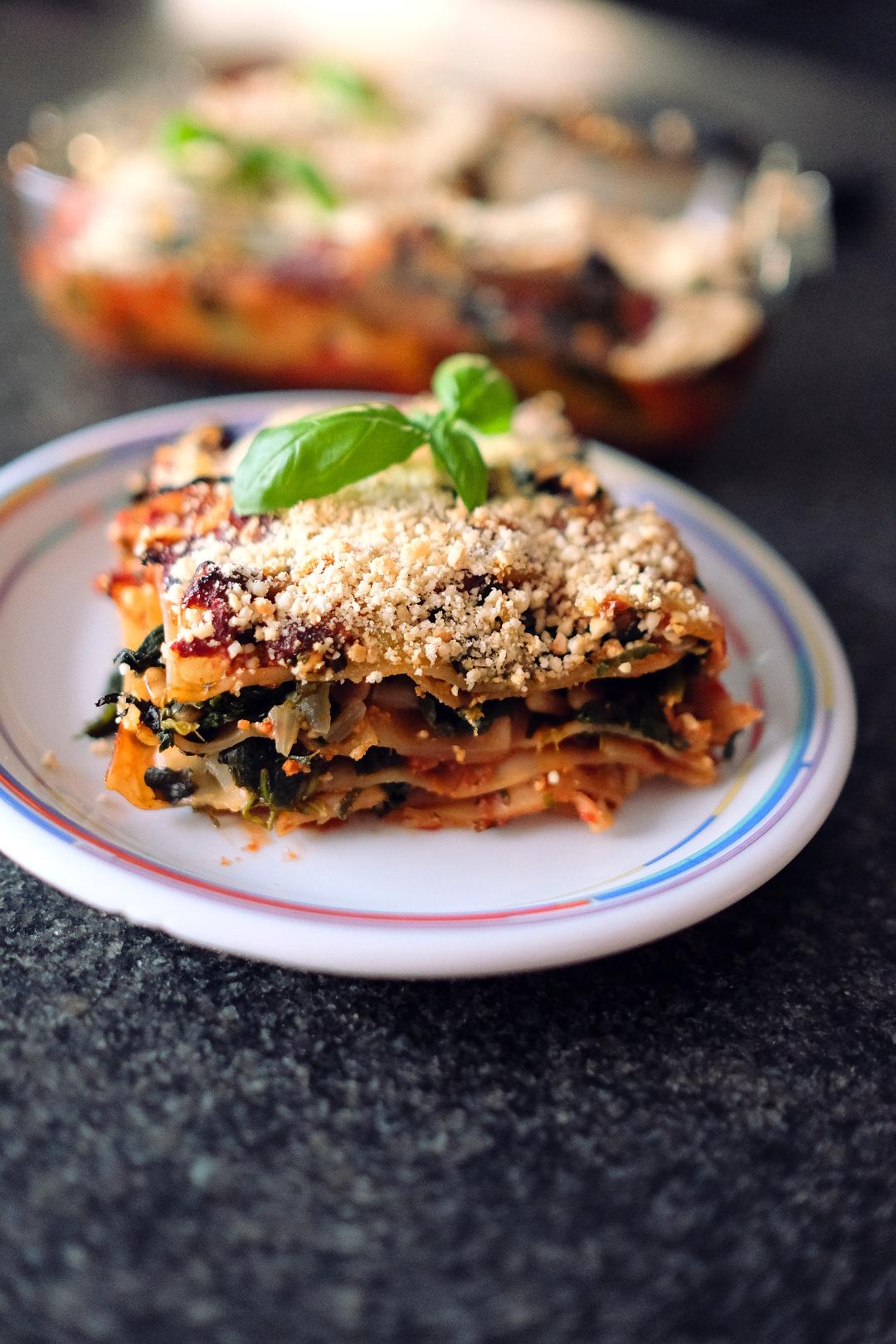 selbstgemachte Vegane Spinat Lasagne mit pinienkernen